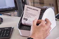 Stalinis spausdintuvas spausdina etiketę