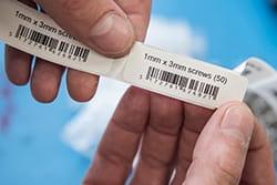 Siaura etiketė su brūkšniniu kodu
