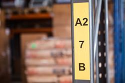 Etiketė priklijuota prie metalinio stovo