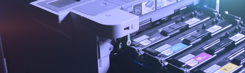 Brother HL-L9310CDW verslo spausdintuvas ir iš jo traukiamos dažų kasetės