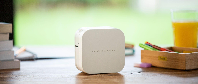 P-touch CUBE etikečių spausdintuvas ant virtuvės stalo namuose