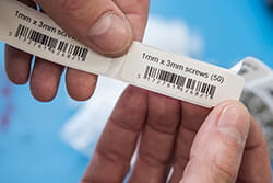 Dvi siauros etiketės