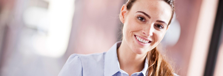 Moteris šypsosi biure