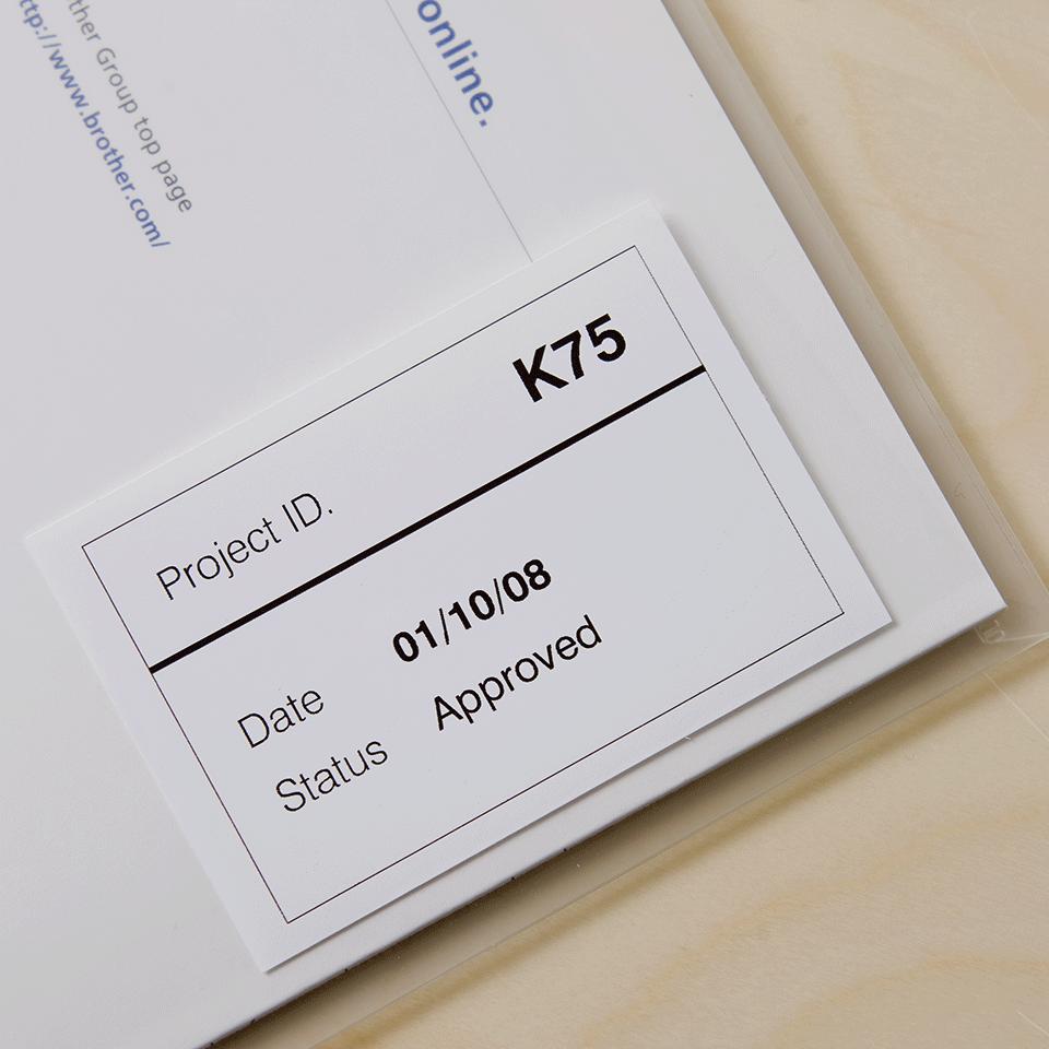 Originalus Brother DK-22212  nenutrūkstamo ilgio kino juostos stiliaus etikečių ritinėlis – juodos raidės baltame fone, 62 mm. 2