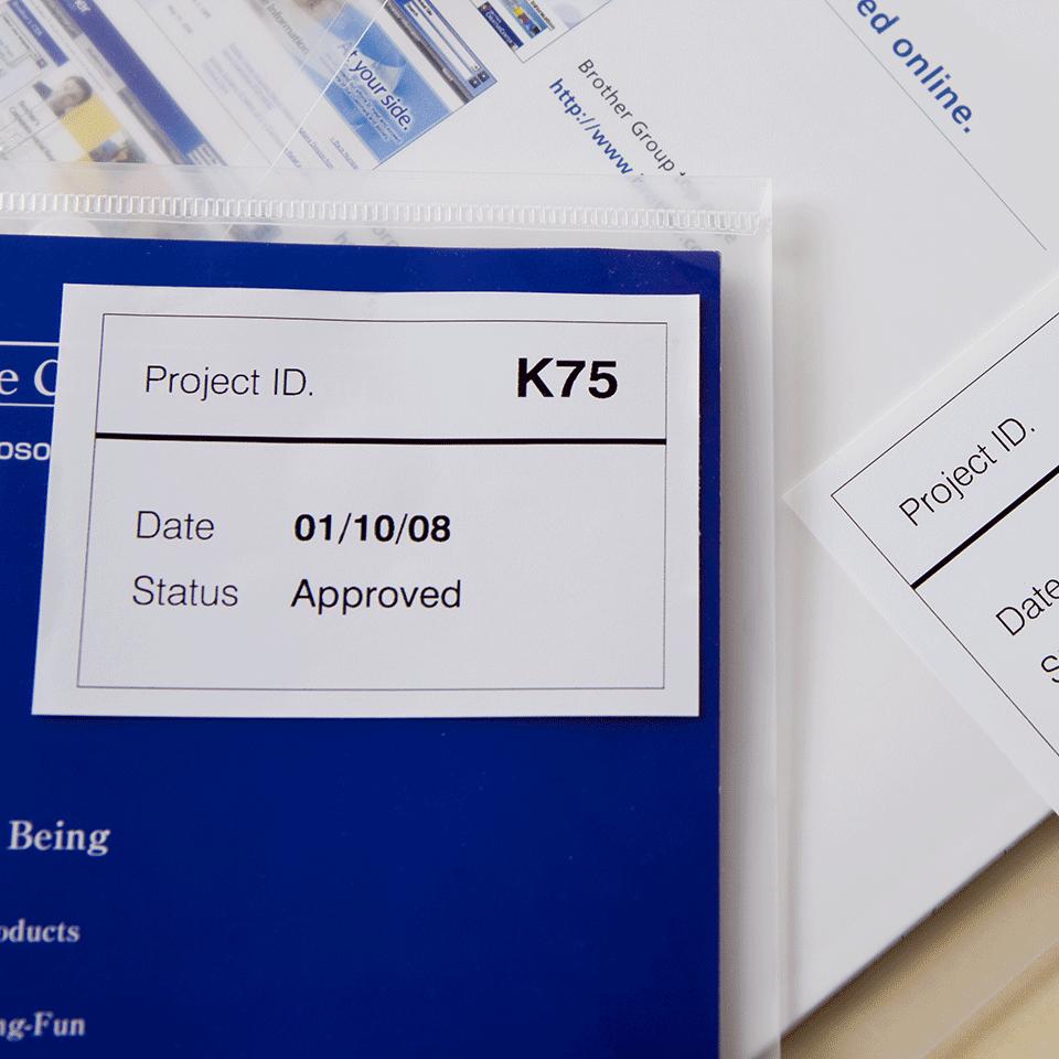 Originalus Brother DK-44205 nenutrūkstamo ilgio popierinis etikečių ritinėlis su nuplėšiama lipnia dalimi – juodos raidės baltame fone, 62 mm 1